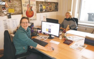 Unsere Mitarbeiterin Melanie Wittgen im Interview. Im Hintergrund Carola Libera-Vogt.